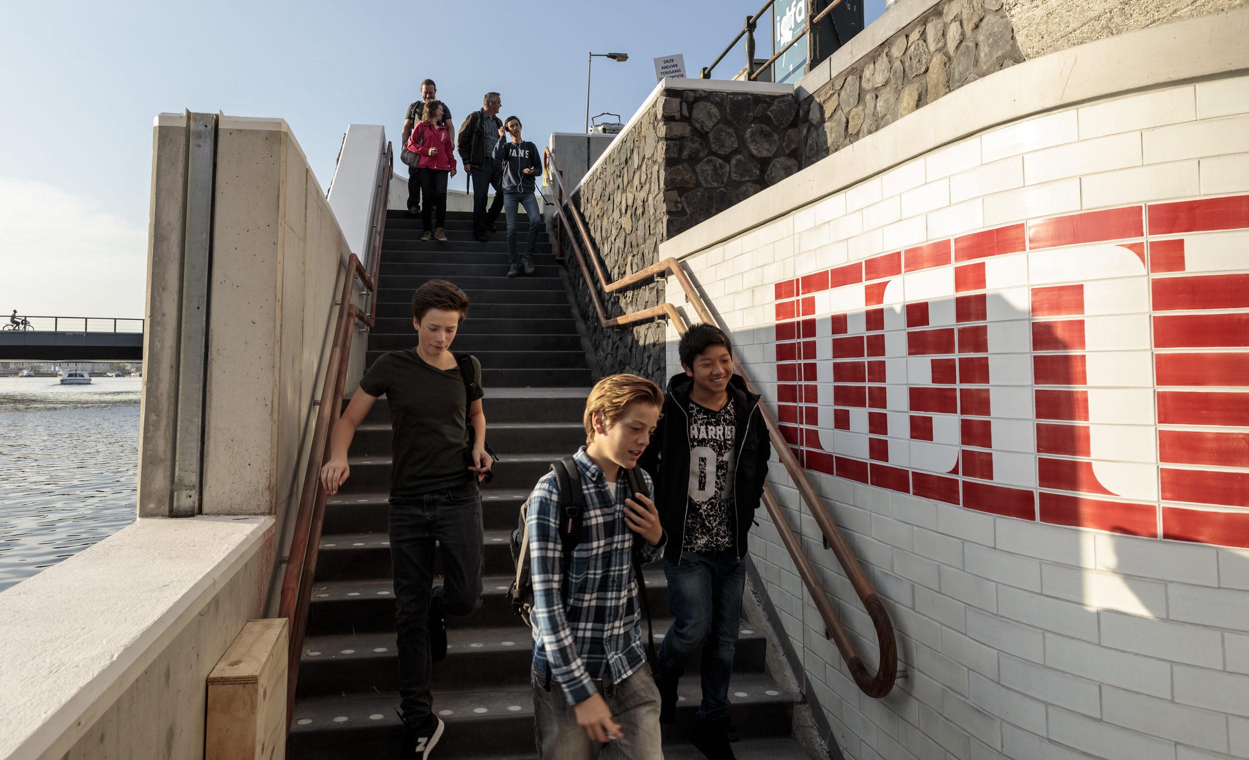 Station Op Wielen Houten.Het Raadsel Van De Trapleuningen Bij Metrostation Cs